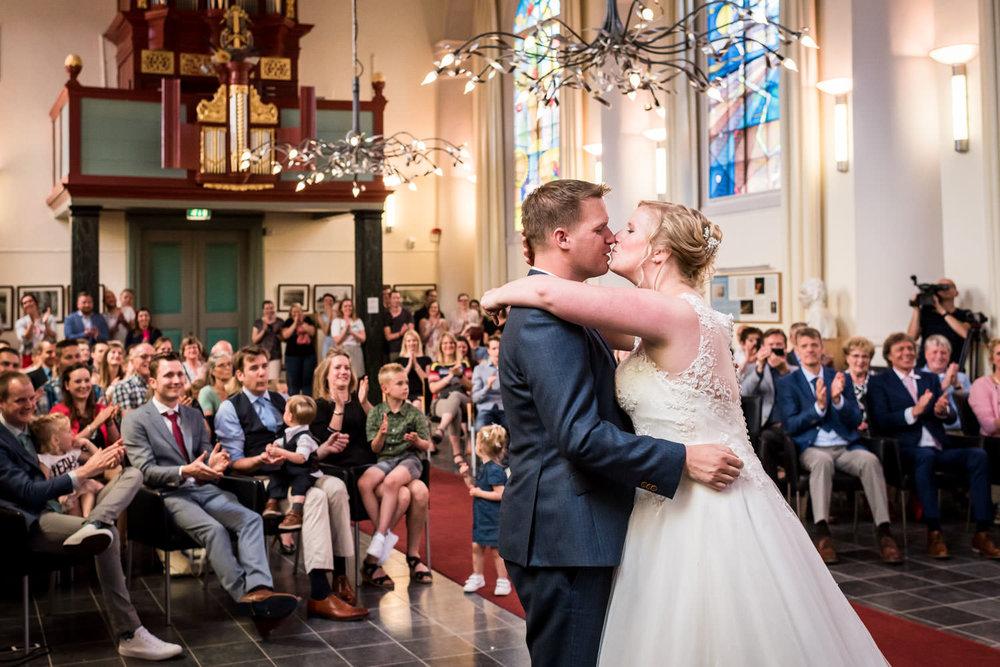 De kus van het bruidspaar tijdens de ceremonie in de Van Gogh Ke