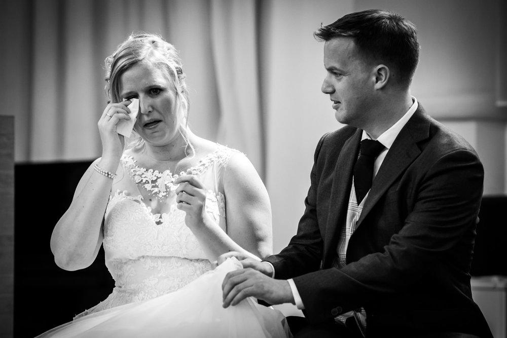 tranen bij de bruid, de bruidegom wil ze met haar jurk afvegen
