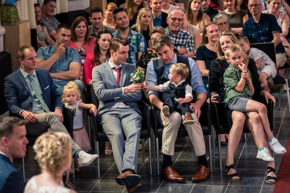 Foto van gasten tijdens de ceremonie in de van Gogh kerk Etten-L