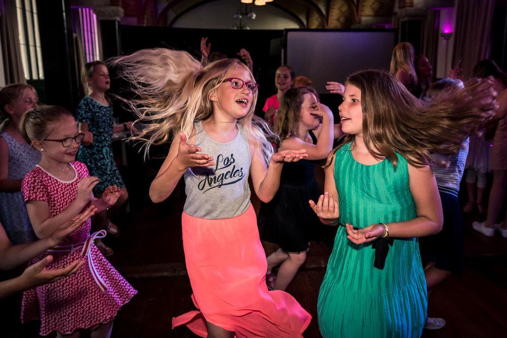 feest tijdens een huwelijk kinderen vieren het trouwen