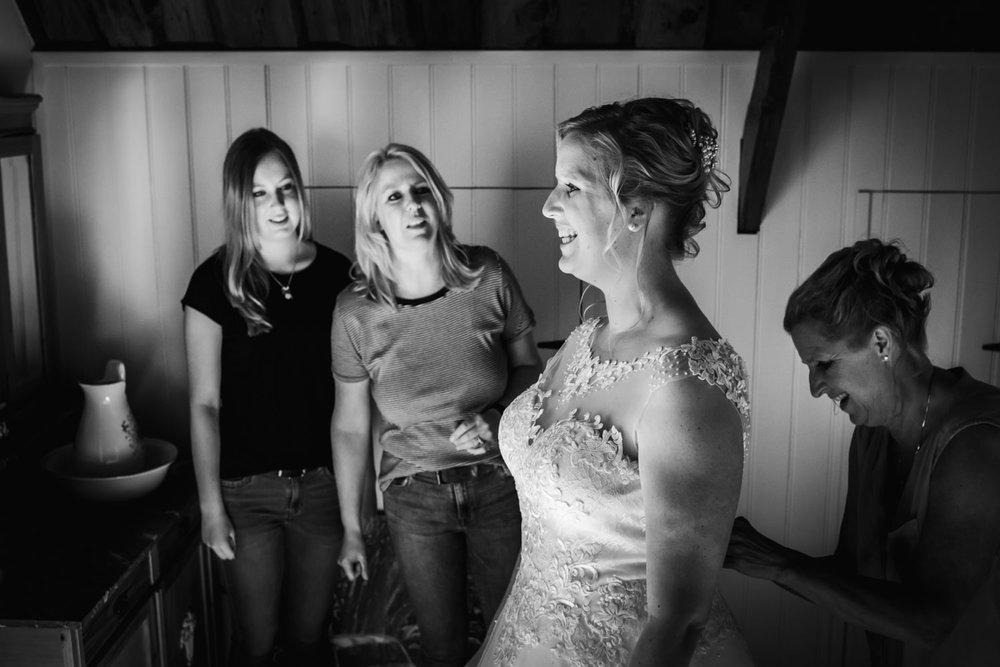 Het aandoen van de bruidsjurk bij de bruid in Etten-Leur