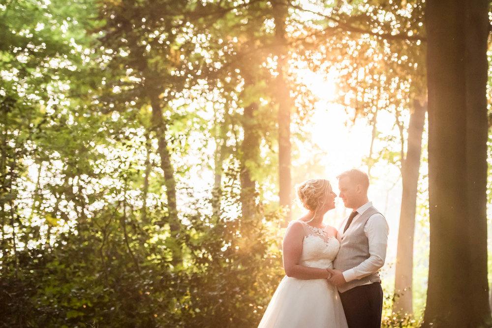 bruidsfotografie door Cfoto in het prachtige avondlicht achter in het bos bij Bovendonk in Hoeven.