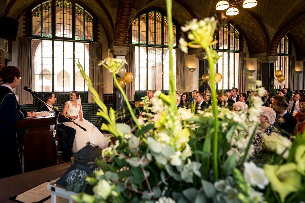 refterzaal in hoeven tijdens trouwen van bruidspaar bruidsfotogr
