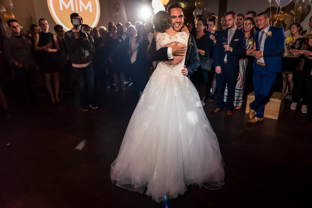 Bruidspaar tijdens de openingsdans op het feest