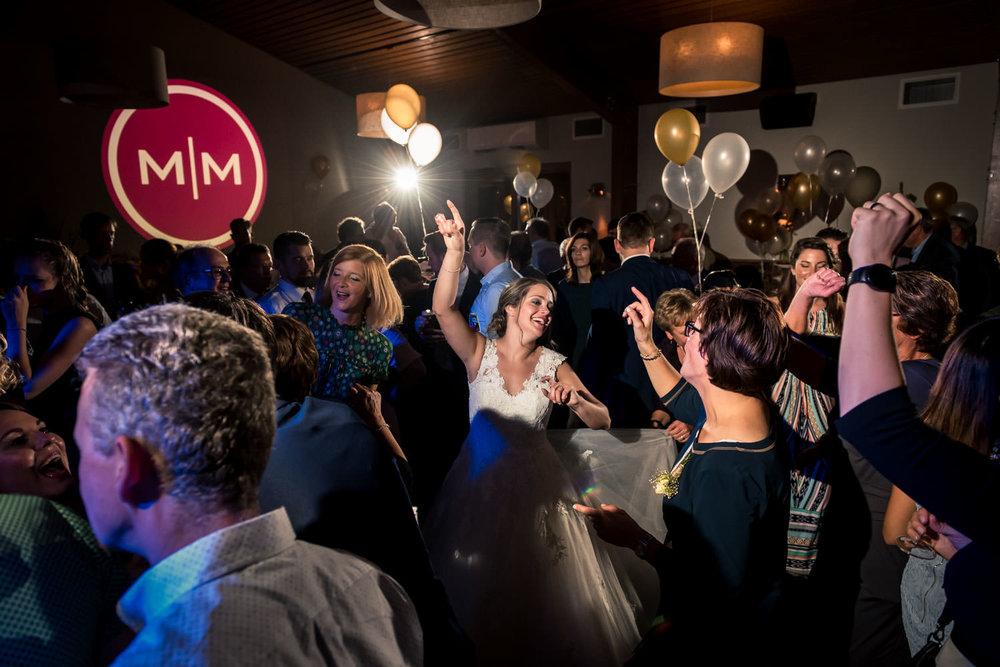 overzichtsfoto van het feest dat het bruidspaar heeft bij lodge
