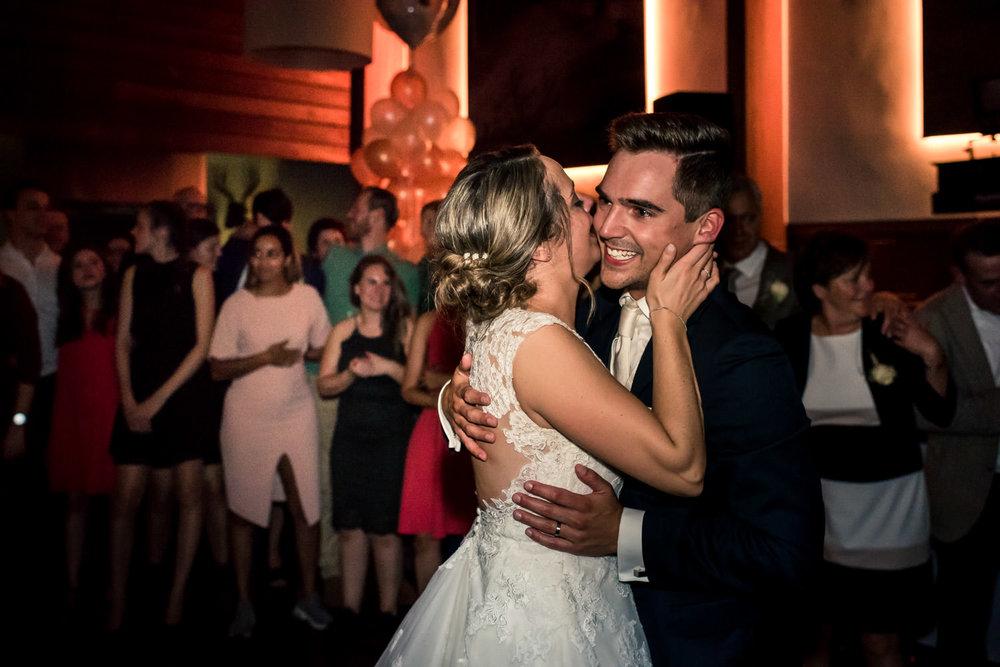 kus van het bruidspaar op het feest van  hun trouwen in roosenda