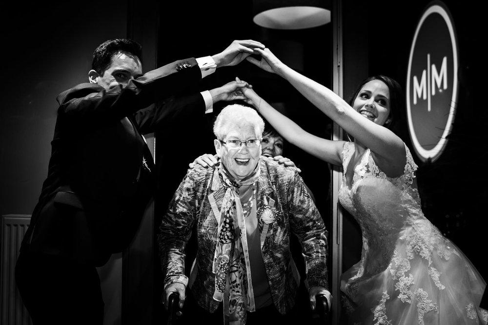 oma is in de polonaise aan het dansen op het huwelijk van haar k
