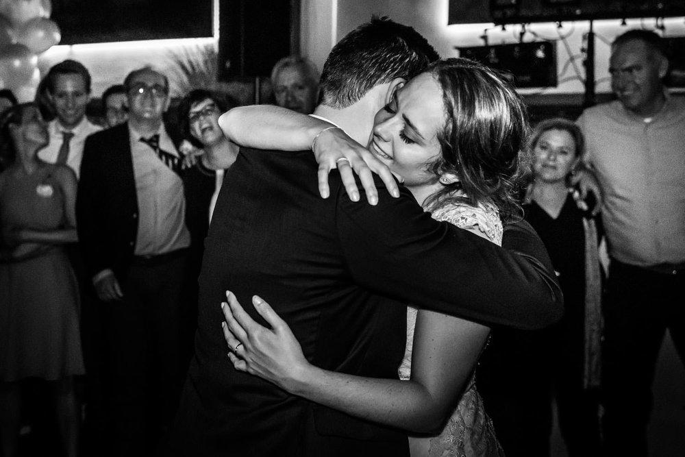 omhelzing van het bruidspaar op hun trouwfeest door cfoto
