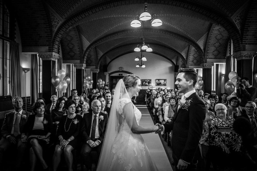 bruid en bruidegom geven elkaar het jawoord tijdens de plechtigh