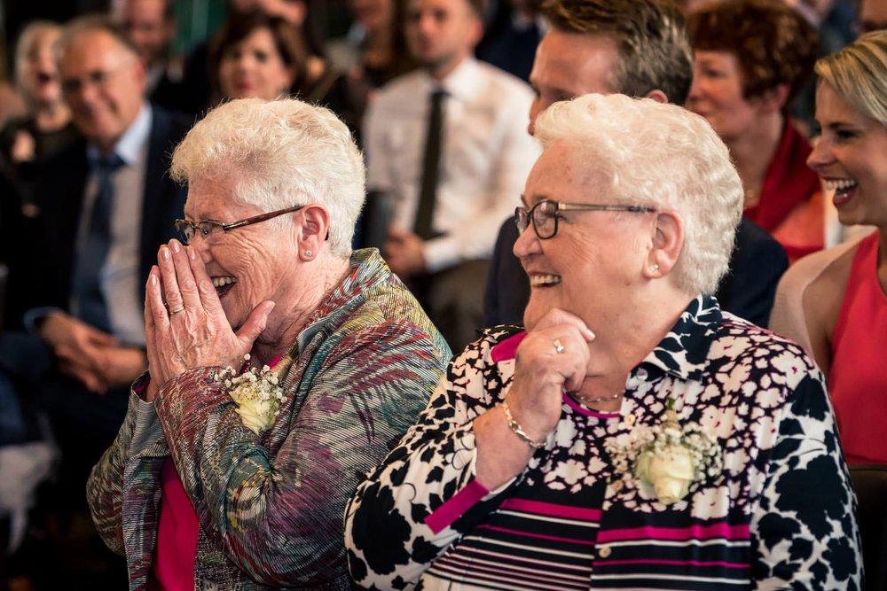 lachen en emotie bij de oma van het bruidspaar