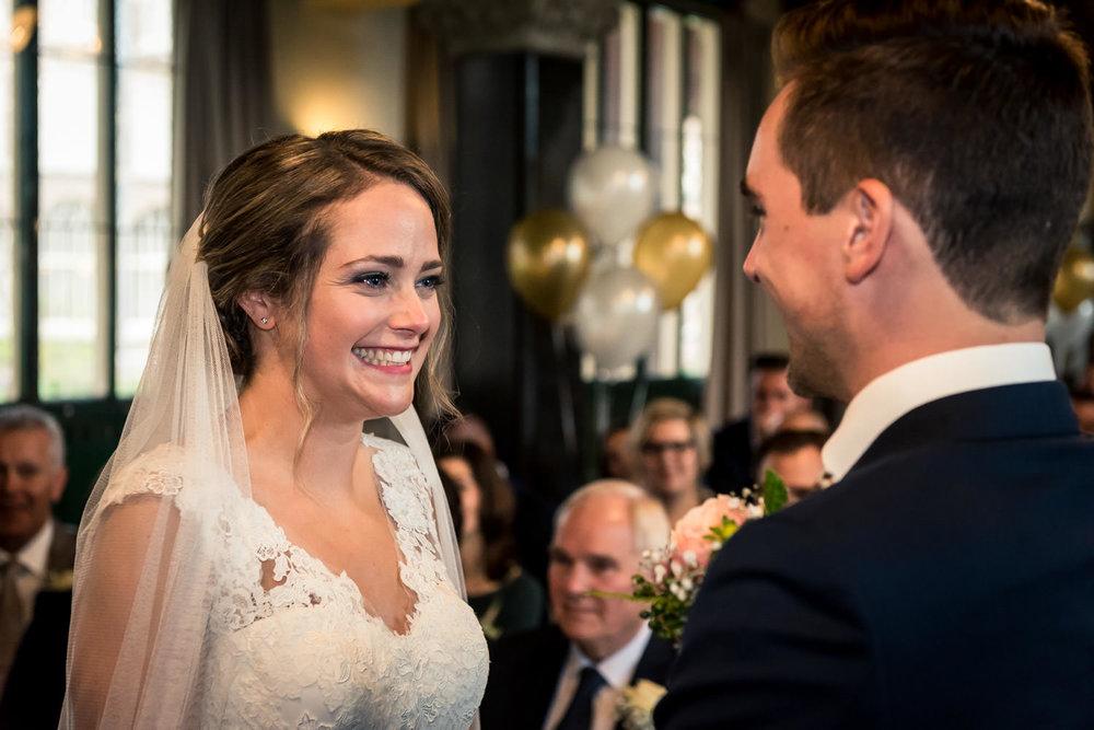 tijdens het trouwen doet bruid gelofte afleggen, close up portre