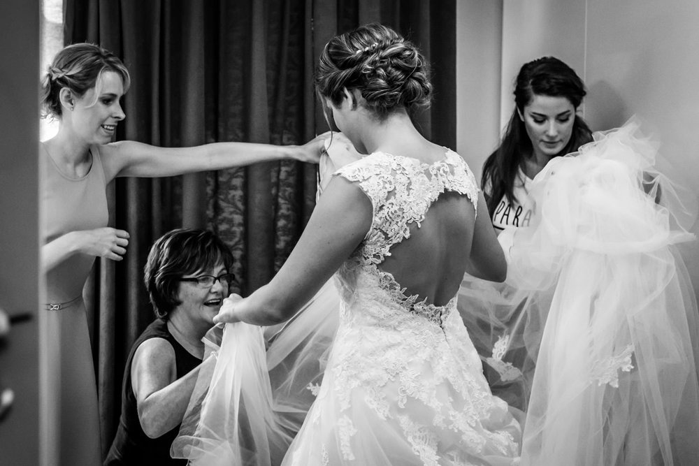 mooie jurk van de bruid tijdens aankleden, bruidsfotografie in B