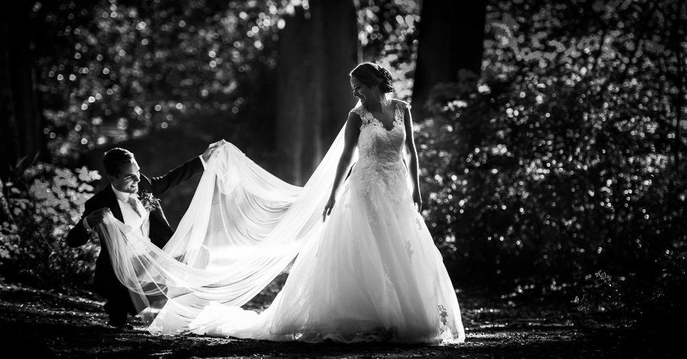 bruidsfotografie in het bos met low light door  cfoto