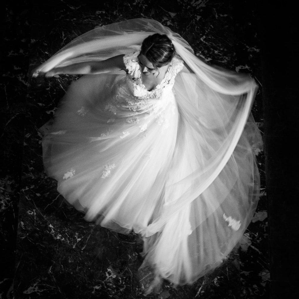 Het bovenaanzicht van de bruid met haar trouwjurk door Cfoto bru