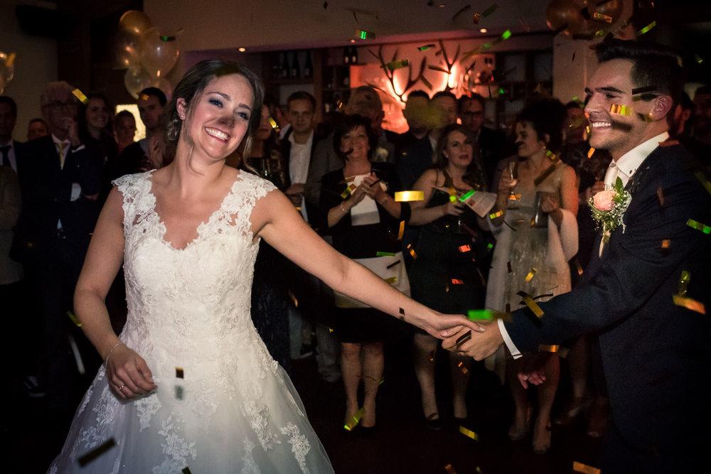 Veel lol hebben de bruid en bruidegom om de confetti die losgaat