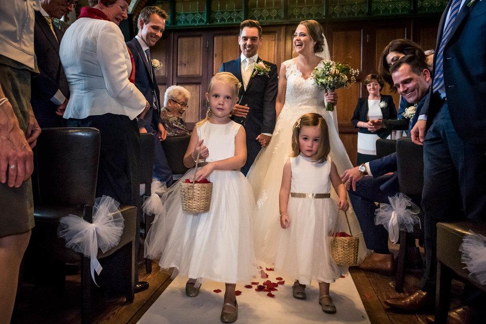 de bruidsmeisjes strooien bloemen aan het eind van de plechtighe