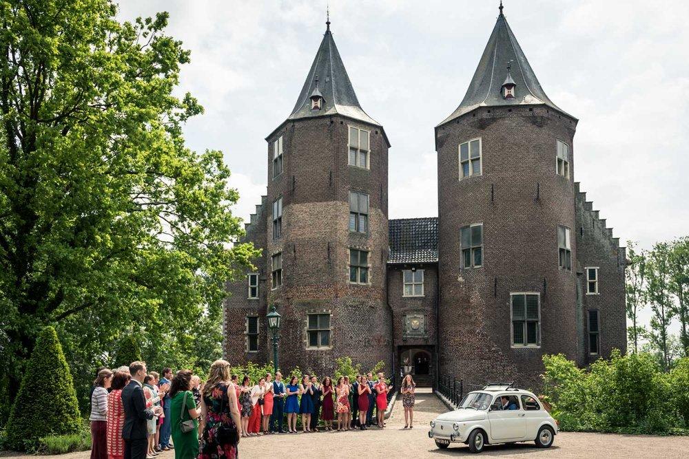 Vrolijke bruiloft op Kasteel Dussen, bruidsfotografie Etten-Leur, brug Keizersveer en op het Kasteel.