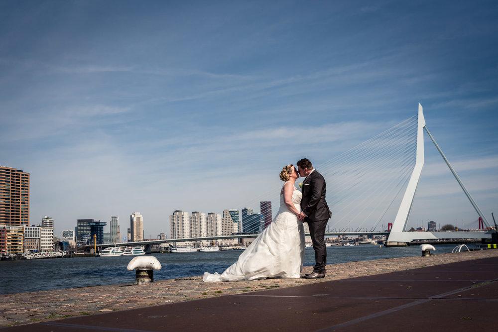 Bruiloft Rotterdam, bruidsfoto's in de omgeving van Hotel New York, ceremonie en feest in de Vertrekhal in de Rotterdamse haven.