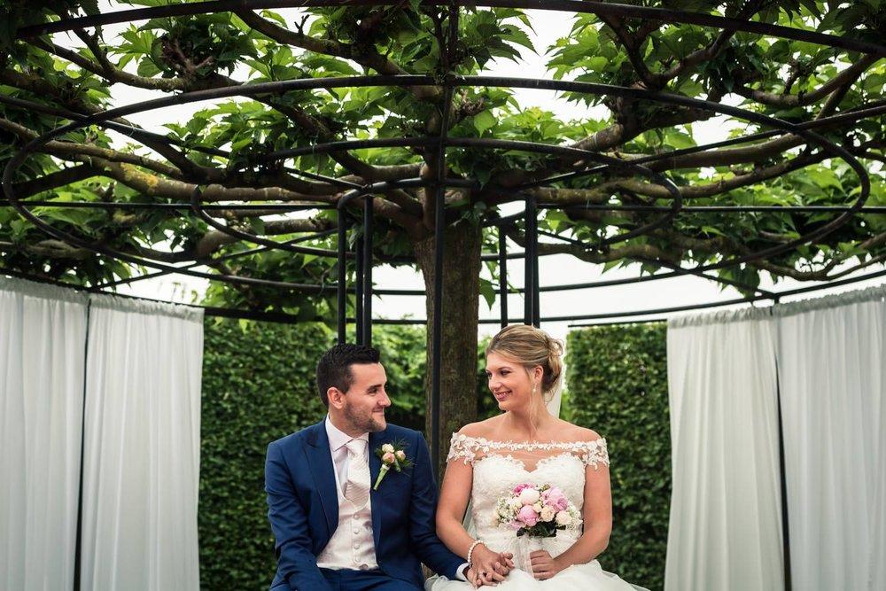 een blij bruidspaar bij de ceremonie tijdens hun trouwen in de r