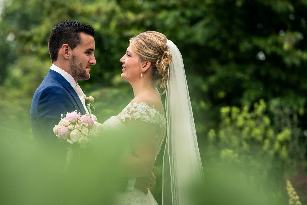 een goede fotograaf legt het bruidspaar mooi vast ook in de rege