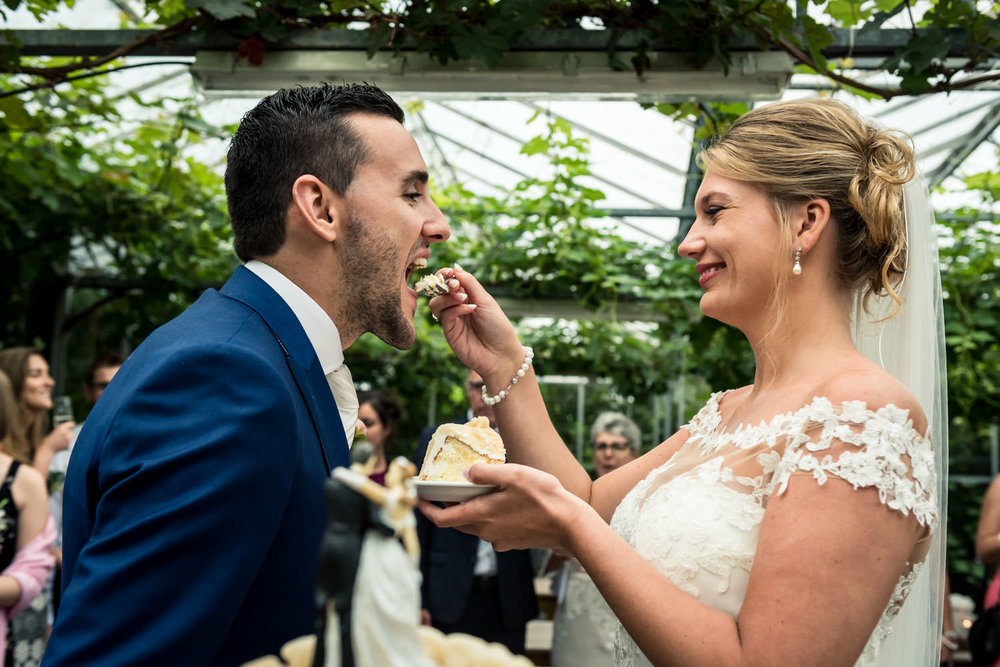 Bruid voert de bruidegom een stukje bruidstaart