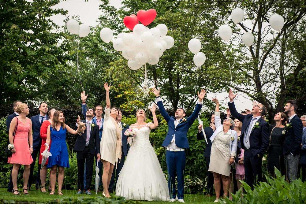 Dan ga je trouwen en dat doe je in de regen, bruidsfotografie me