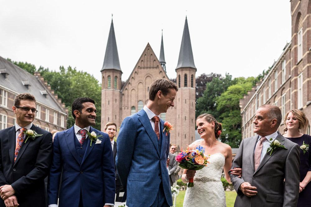 ontmoeting van het bruidspaar aan het begin van de ceremonie doo