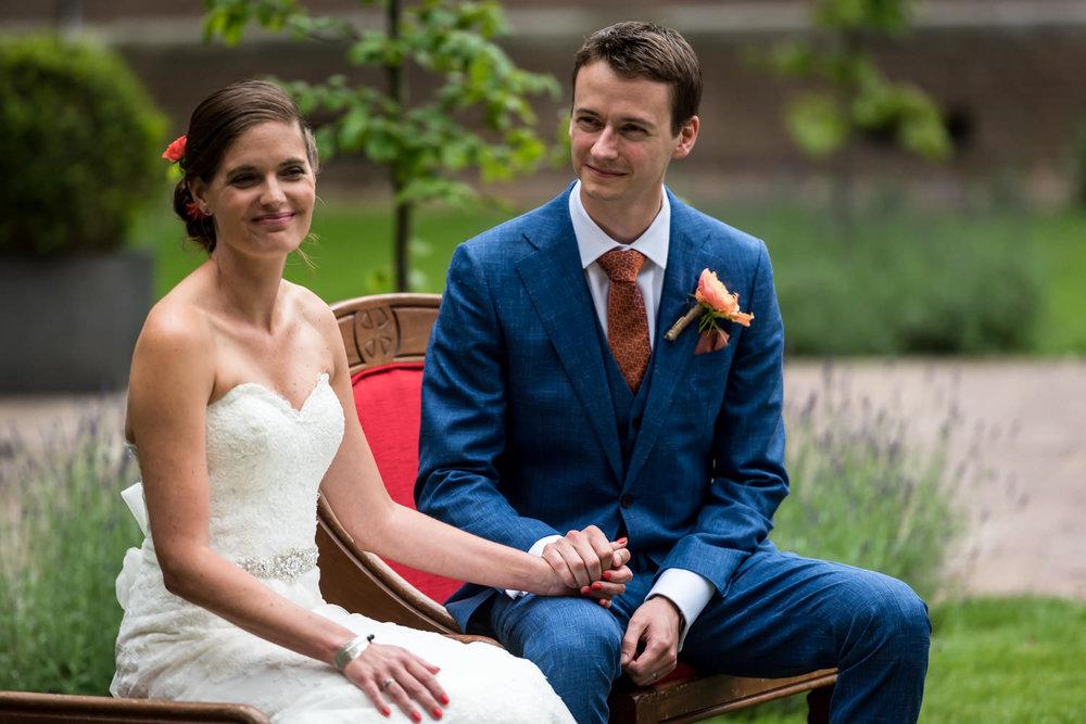 bruidspaar zit hier gedurende de ceremonie