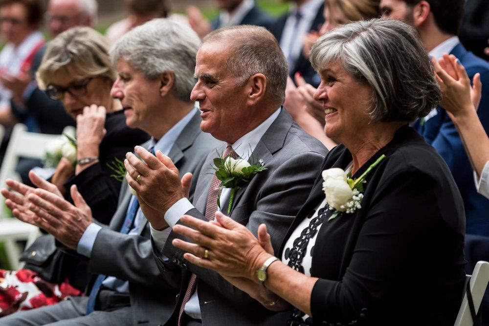 Tijdens de plechtigheid is er een groot applaus voor het bruidsp