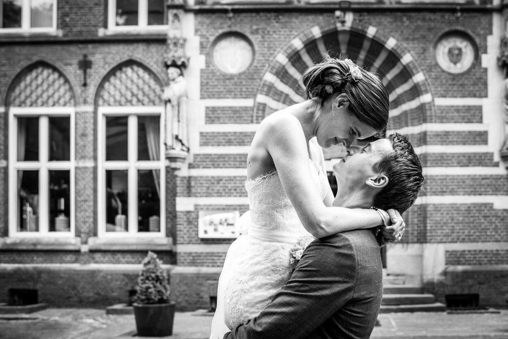 Hier tilt de bruidegom de bruid op foto typisch voor cfoto