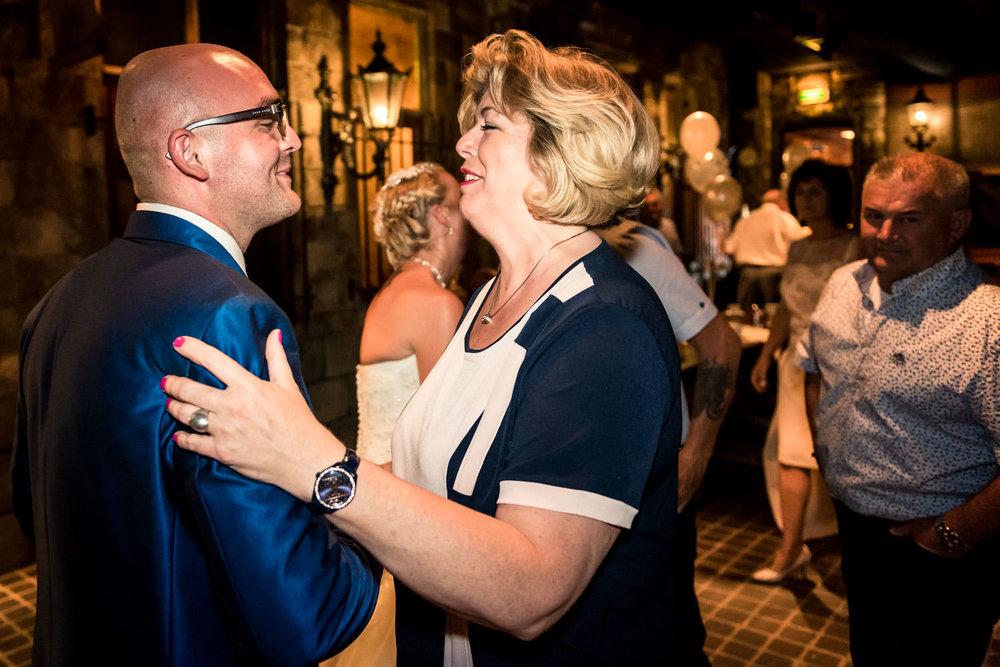 de bruidegom wordt van harte proficiat gewenst door een tante