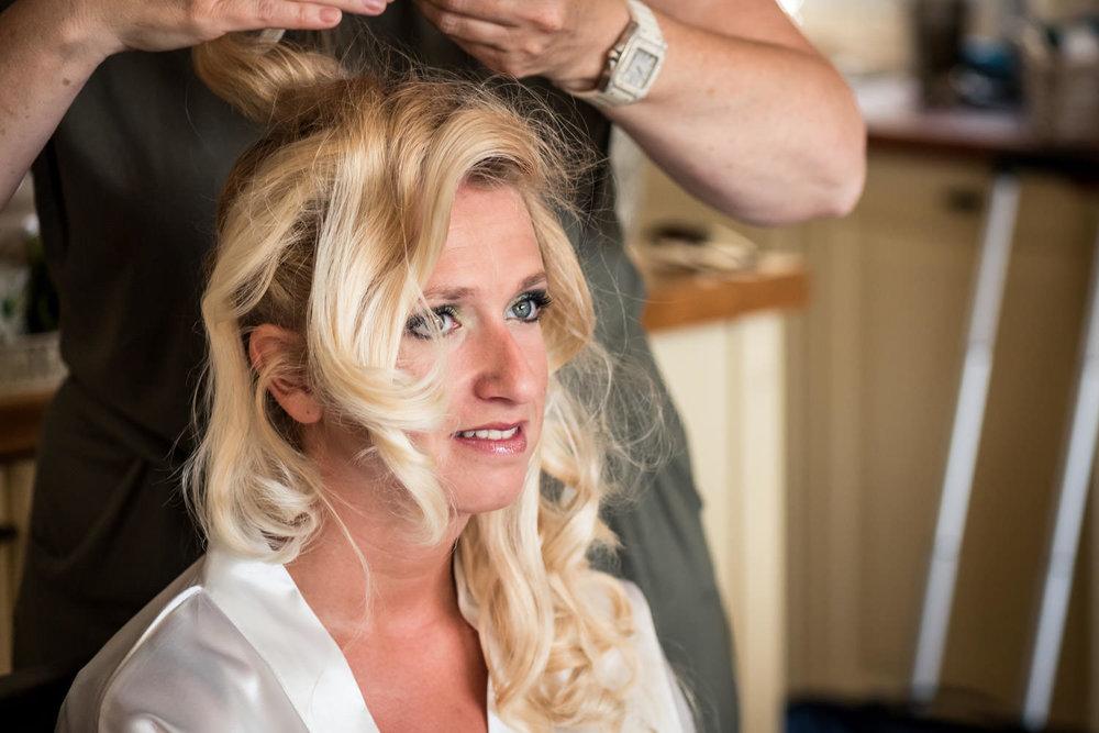 detail van kapper en haren gereedmaken ter voorbereiding op het