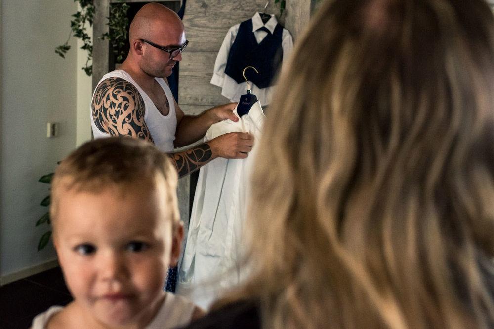 aankleden bij de gom, die met de hele familie zijn pak aantrekt