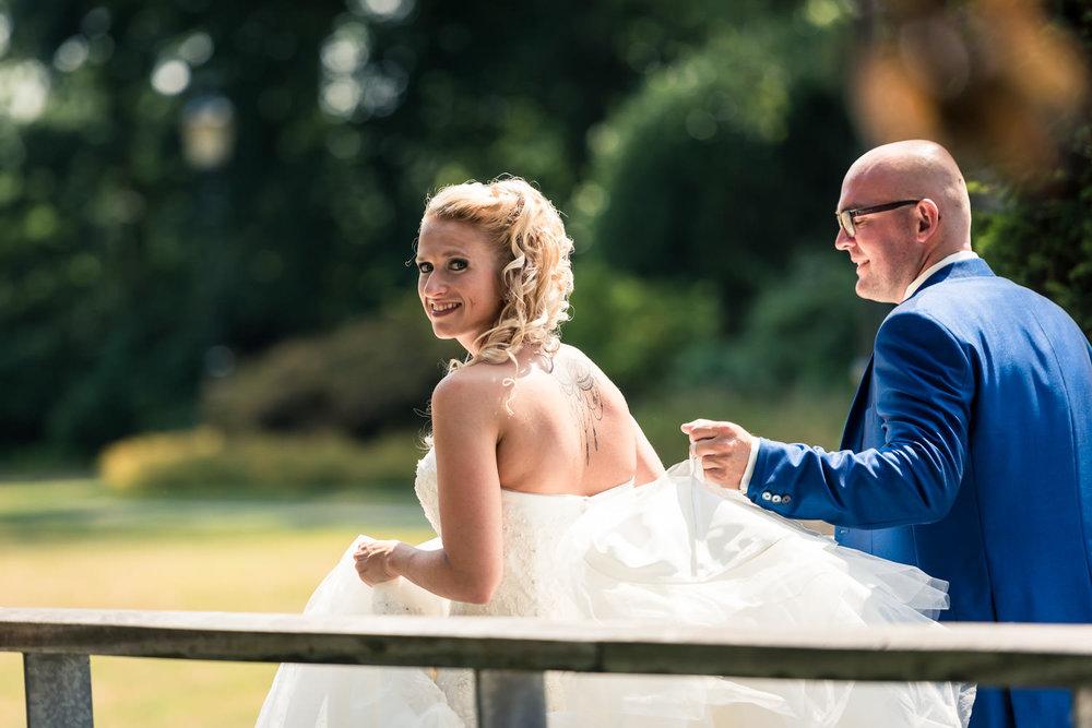 bruid is beweging loopt van ene naar andere plek