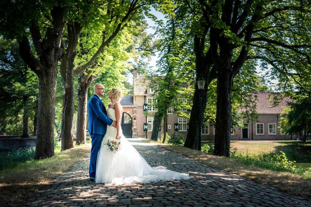 bruidsfotografie op kasteel bouvigne in breda, voor de ingang.