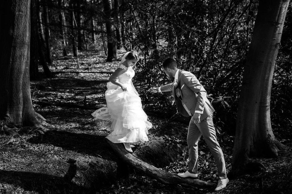bruidspaar-actiefoto-cfoto-bos.jpg