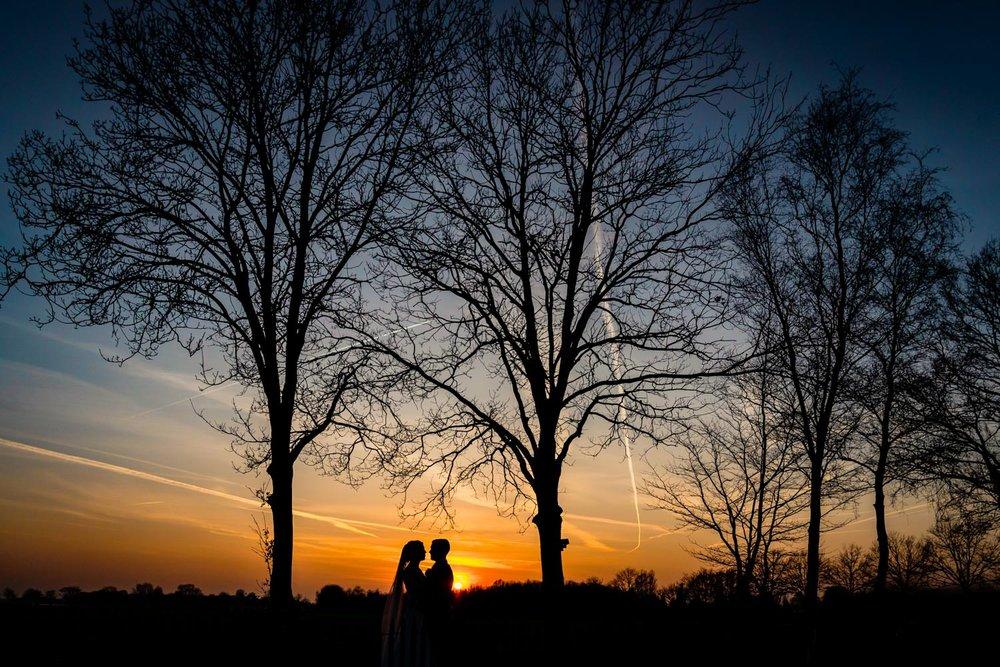 ondergaande-zon-trouwen-trouwfotograaf-cfoto.jpg