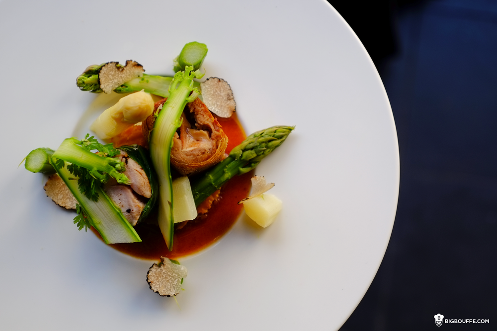 Poitrine de poulet fermier au foie gras et ses cuisses confites en cannelloni, asperges vertes et blanches sur un feuilleté au parmesan