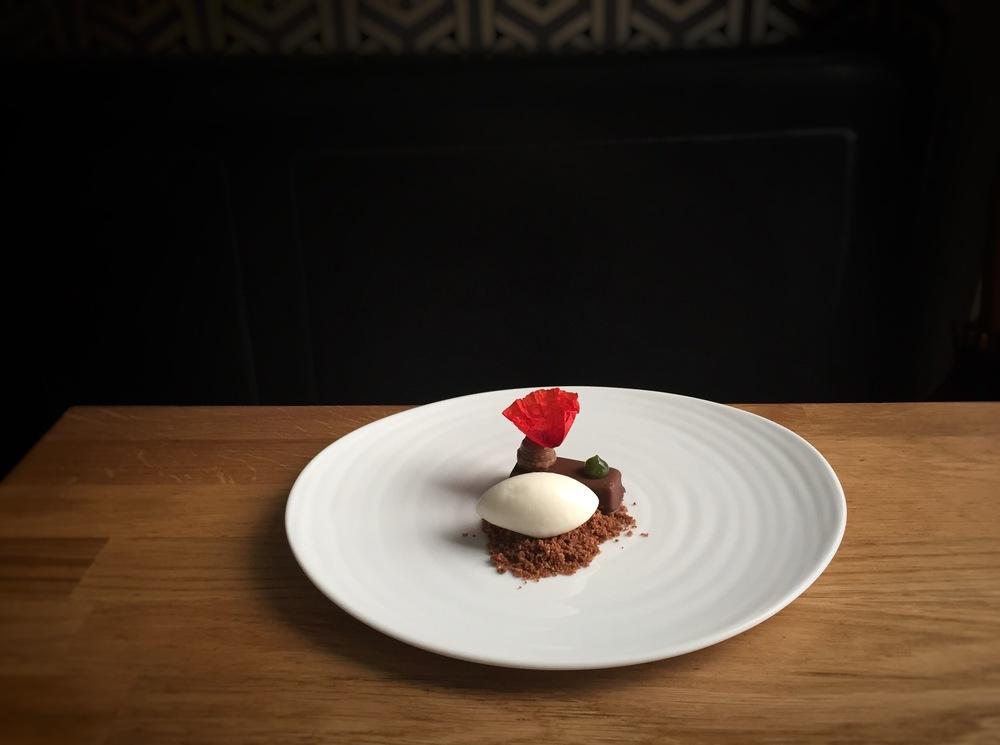 Coque de chocolat coulant, sablé chocolat/cannelle et coquelicot (Photo. Tristan Olphe-Galliard)