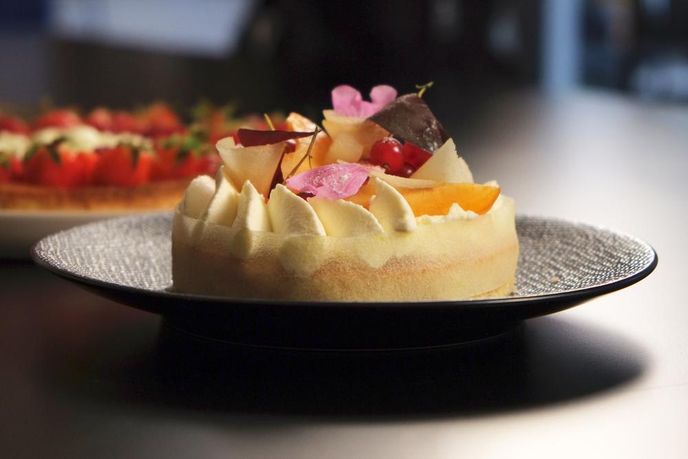 """Génoise, pommes confites à la verveine, fruits rouge et chantilly à la Manzana. Recette réalisée lors du tournage d'une""""battle de chefs"""" sur le thème de la chantilly avec Chefshoutet Cookcut."""