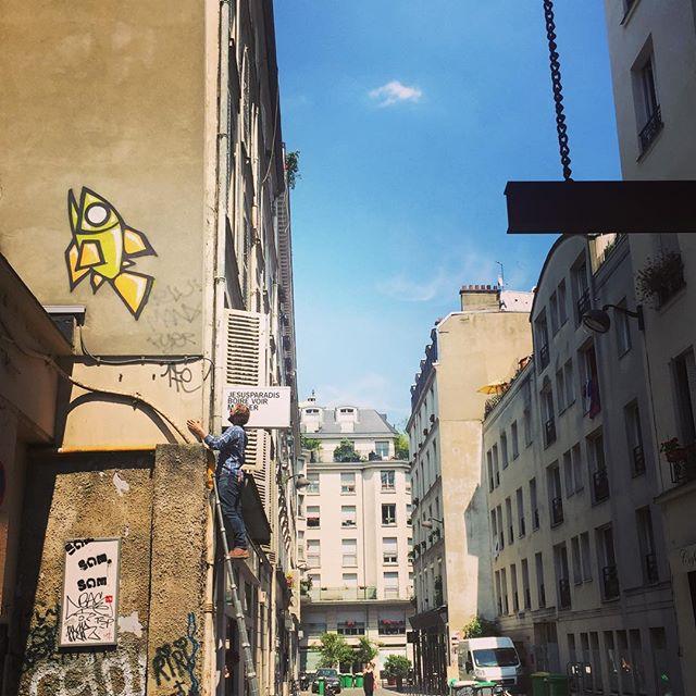 Mur de pêche... 🐟🍑😜 #paris #parisstreetart