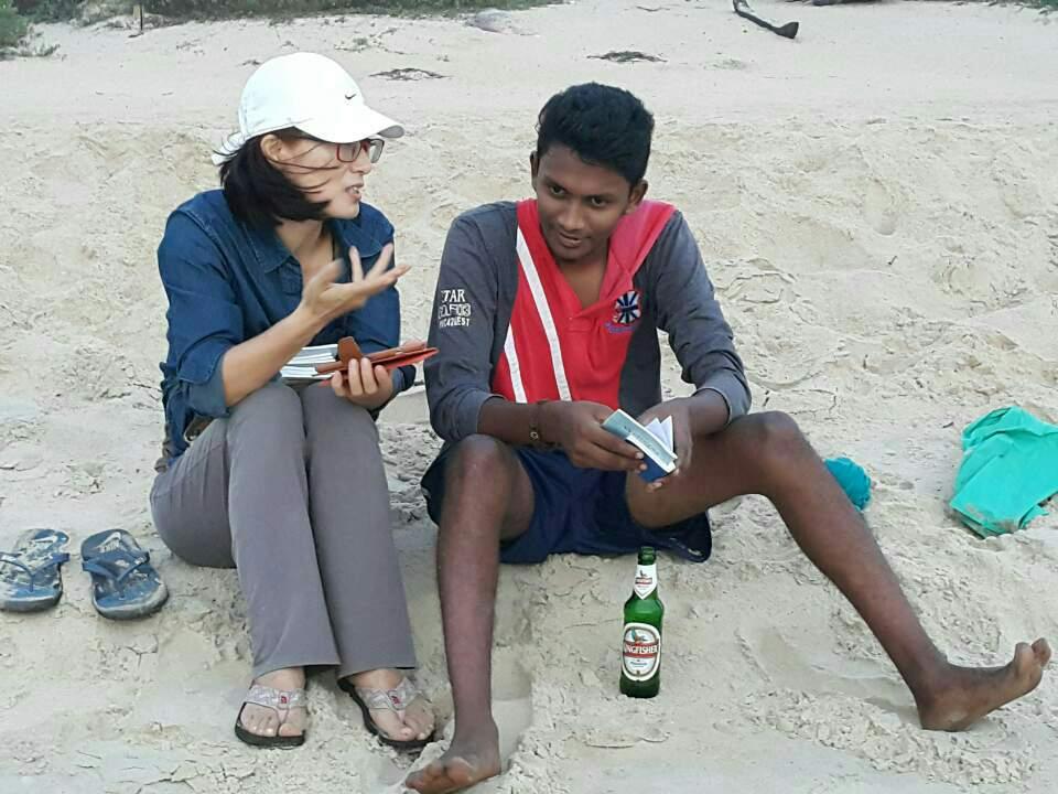 <고아 해변에서 전도하는 아내 모습>