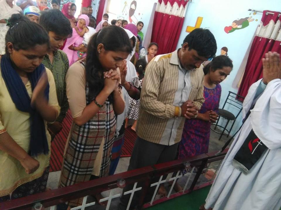 (비졸리 교회에서 뿌라모드 가족을 위한 기도 모임)