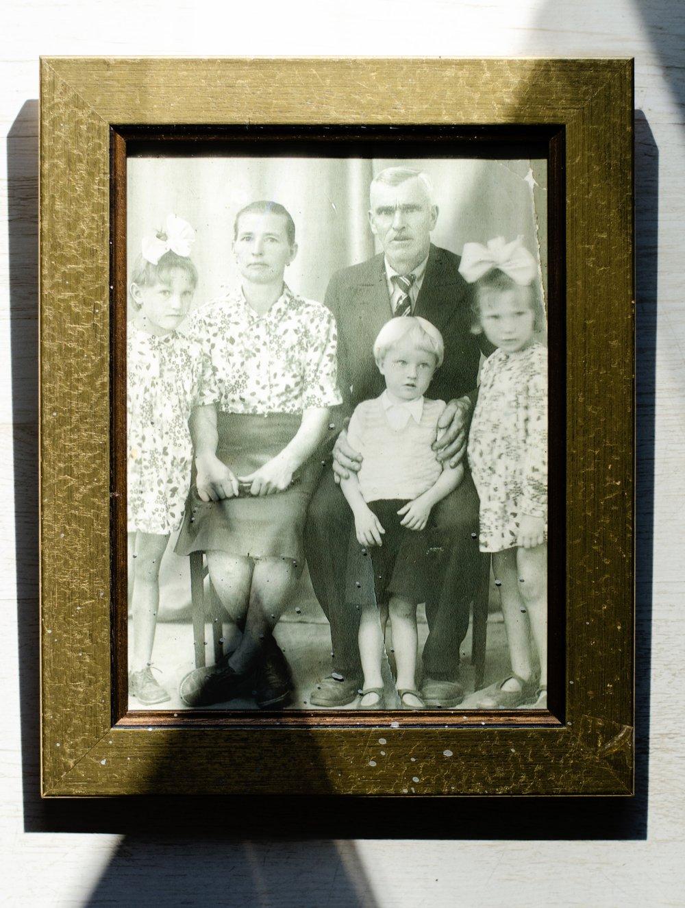 Od lewej: Pani Genowefa, jej mama Katarzyna, ojciec Piotr, brat Stanislaw wraz z siostra Danuta. Wszyscy maja buty wykonane przez Piotra Prokopowicza.