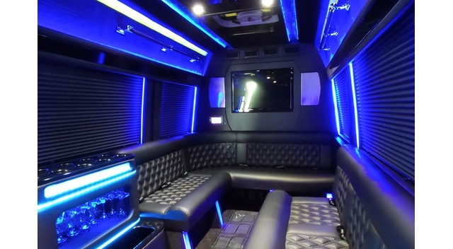 mercedes-limousine-neon