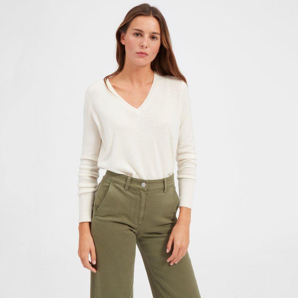 everlane-cashmere-v-neck-ivory-caitlin-elizabeth-james-blog.jpg