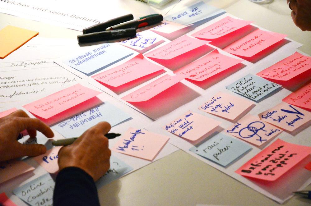 Individuelle Workshops - Sie möchten das kreative Potenzial ihrer Mitarbeiter fördern?Sie möchten eine innovative Atmosphäre schaffen?Sie wollen bessere Brainstorms machen und auf mehr Ideen kommen?Wir organisieren mit ihnen einen Workshop zugeschnitten auf ihre Bedürfnisse und unterstützen ihre Mitarbeiter bei einer internen konkreten Problemstellung in der Ideenfindung.