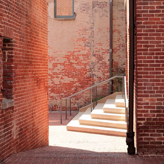 Dreaming about the hidden corners I've come across and the stories they hide . . . #thebmorecreatives #fellspoint #baltimorephotography #baltimorephotographer #reflection #reflectedlight #glowing #allyway #50mm #justgoshoot #streetphotography #exploretheworld #ohwowyes #brickwall