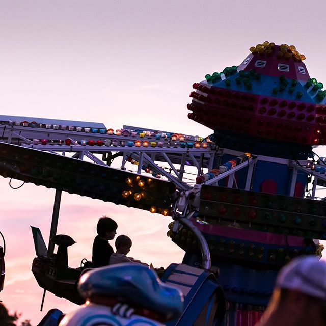 Those silhouettes are 👌🏽. . . . #harfordcountyfarmfair #thebmorecreatives #capturedmoments #justgoshoot #familyportrait #familyphotography #festival #carnival #carnivalride #harfordcounty #harfordcountynewbornphotographer #ohwowyes #85mm #primelens #familyphotographer #goldenhour #streetphotography