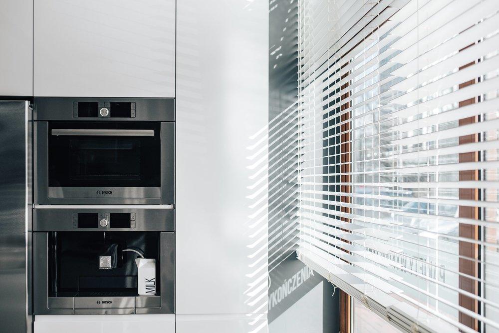 kaboompics_Window-blinds-in-a-modern-kitchen-compressor.jpg